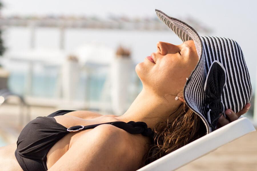 Tomar-sol-ajuda-no-tratamento-da-psoríase